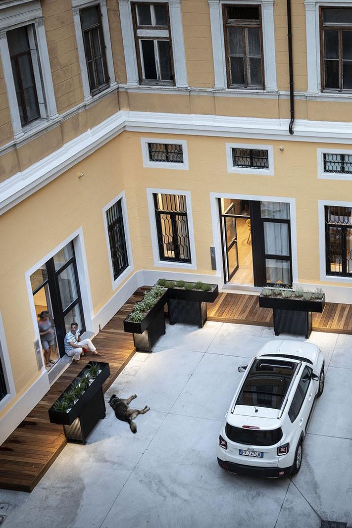 Corte Kalister - Parcheggio interno a pochi passi dalle stanze, protetto da un portone ad apertura con combinazione.